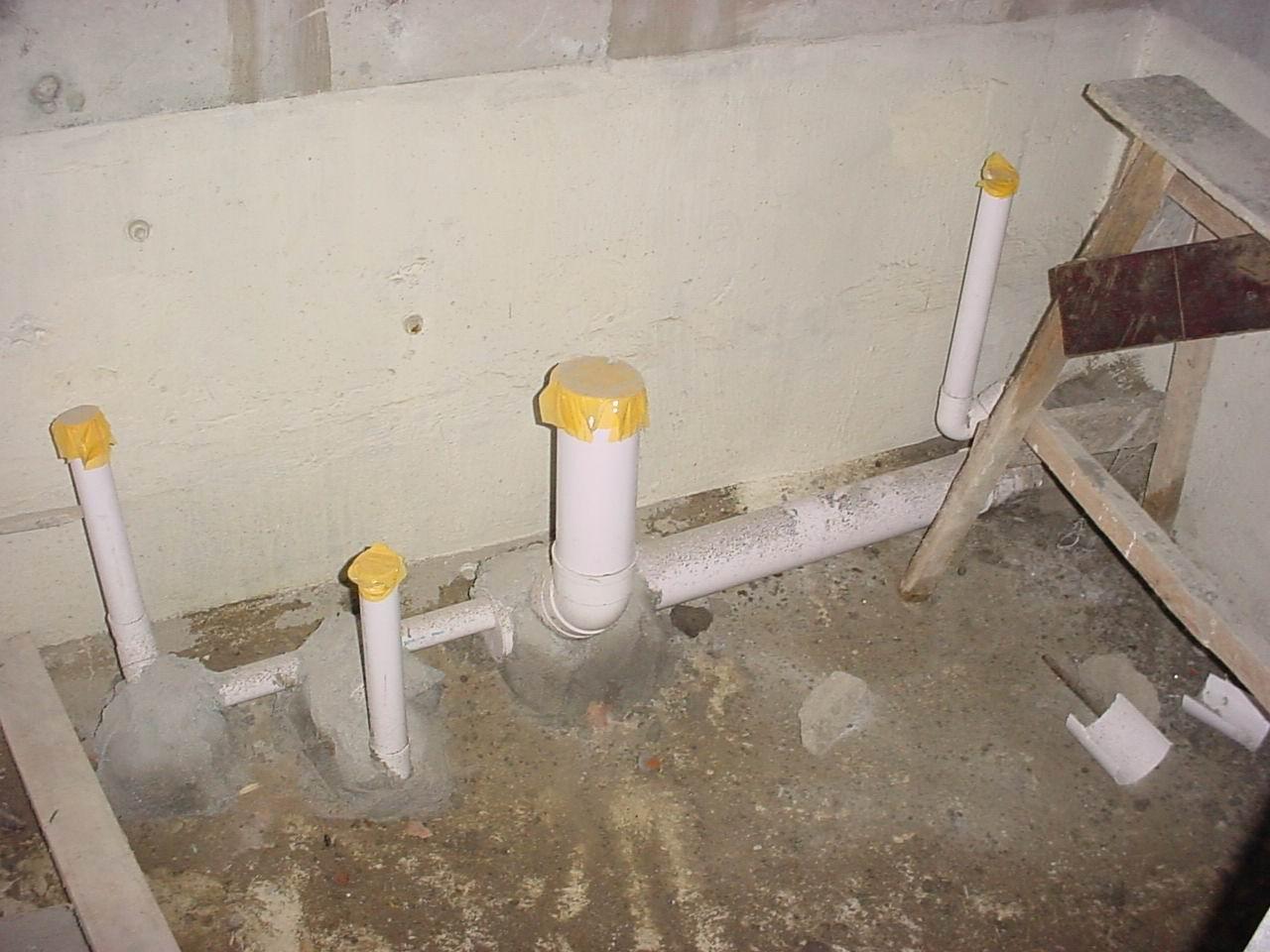 卫生间采用降板结构,图为降板施工前安装的排水管