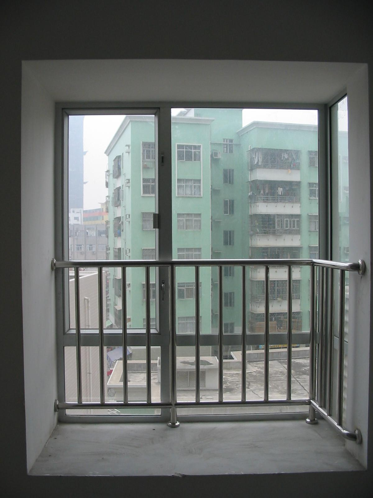 看看别人高层的窗户保护栏杆是怎样做的 内空