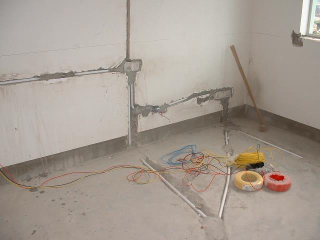这是其中一个房间的电路布线图