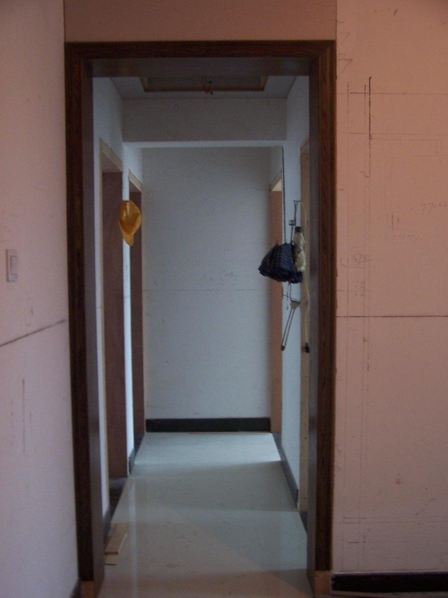 过道 过道的门框,贴上黑胡桃效果确实比白白的木头