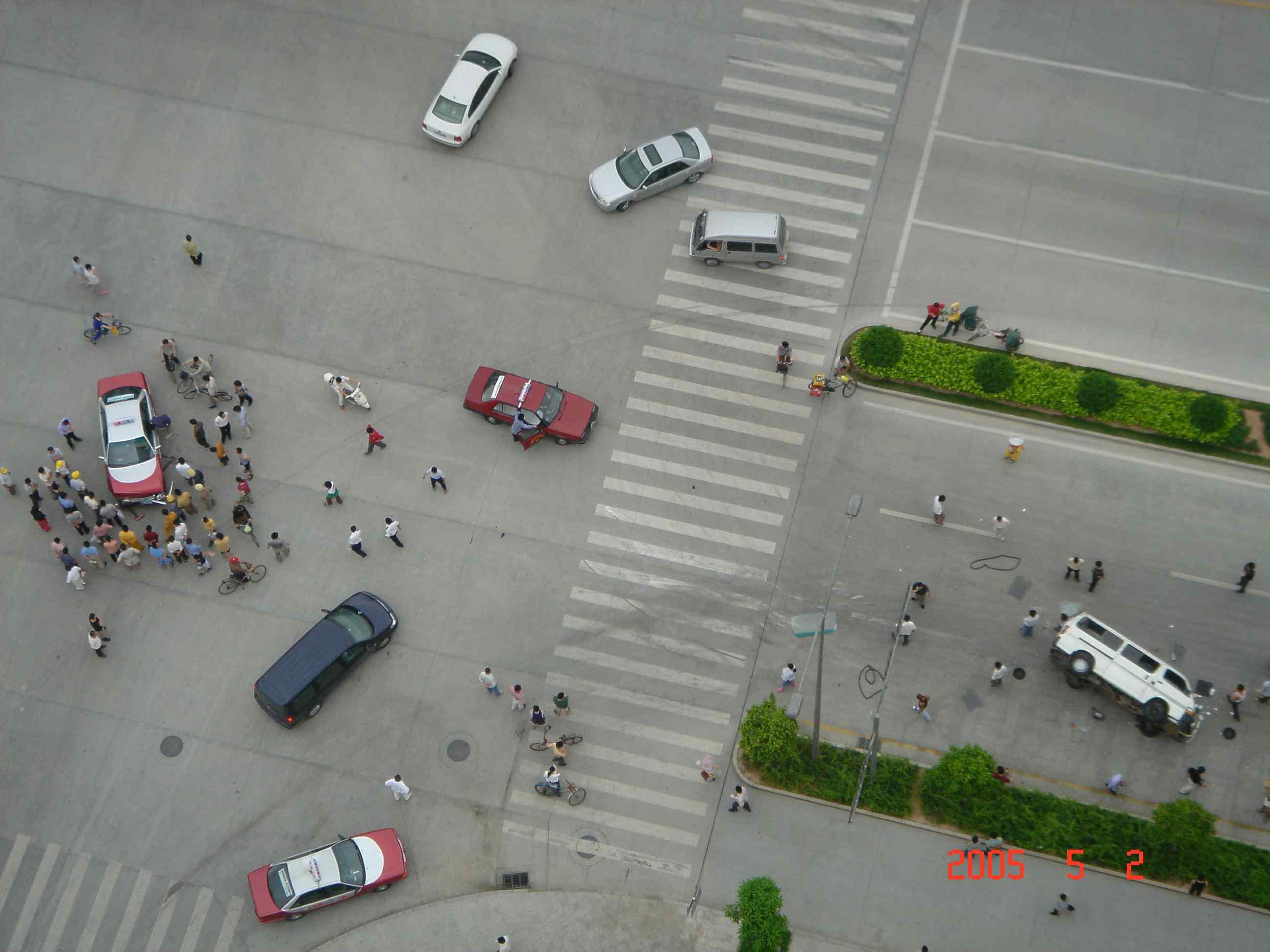 补充一个全景的 的士与面包车发生碰撞造成的事故 高清图片
