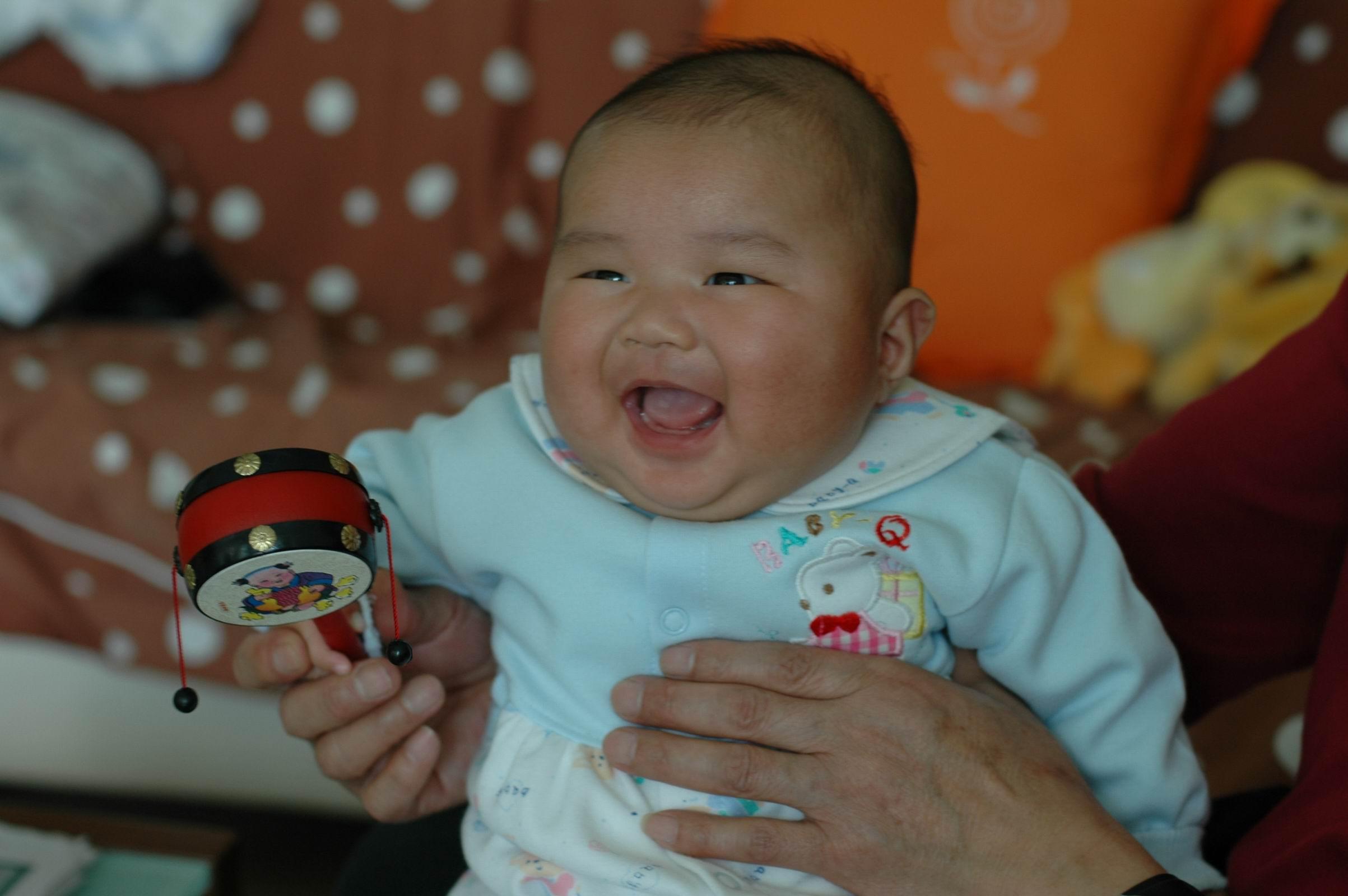 笑得很可爱的孩子